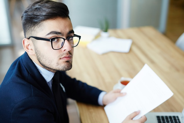 Économiste avec papiers