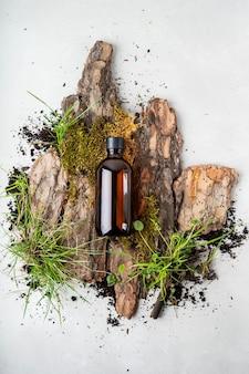 Écorce naturelle, mousses minuscules et herbe