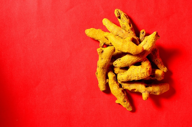 Écorces de curcuma jaune sur rouge