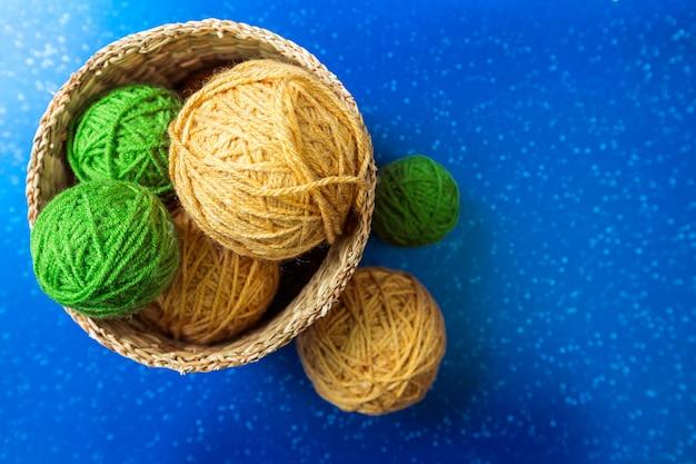 Écorces de laine dans un panier