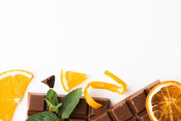 Écorces d'orange avec barre de chocolat