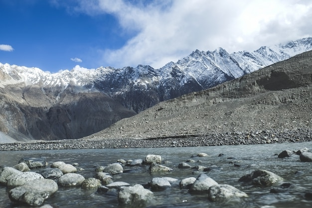 Ecoulement d'eau dans les montagnes enneigées de la chaîne du karakoram.