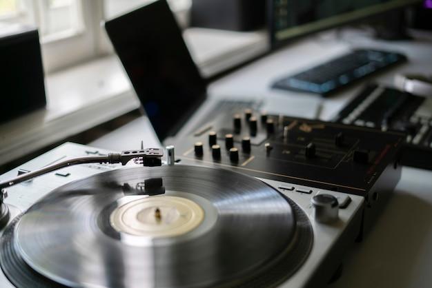 L'écoute de la musique sur un tourne-disque vintage à la maison, se détendre et se détendre