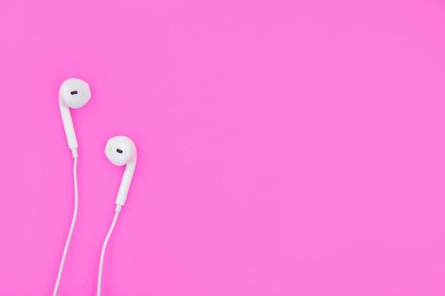 Écouteurs blancs sur rose