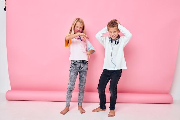Écouteurs de divertissement à la mode pour garçons et filles jouant le concept de mode de vie de l'enfance