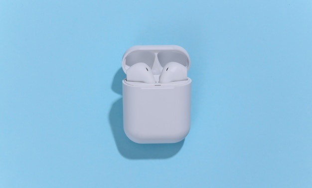 Écouteurs ou écouteurs bluetooth sans fil blancs dans un étui de chargement