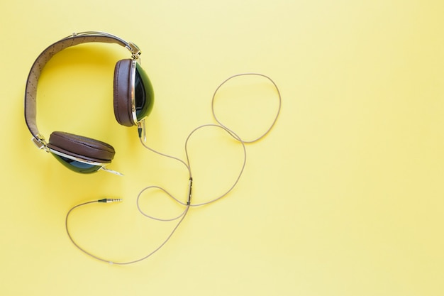 Écouteurs sur jaune