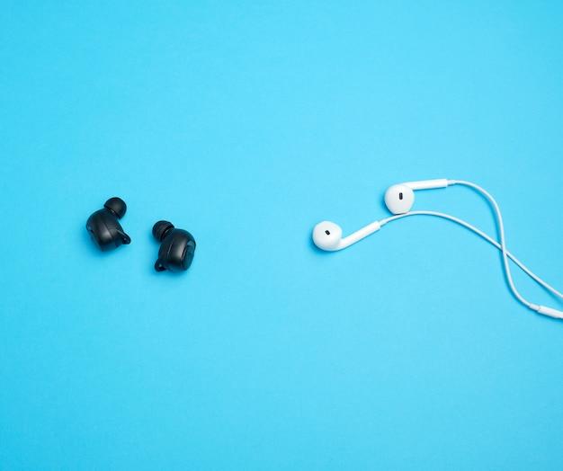 Ecouteurs noirs sans fil et blancs avec fil