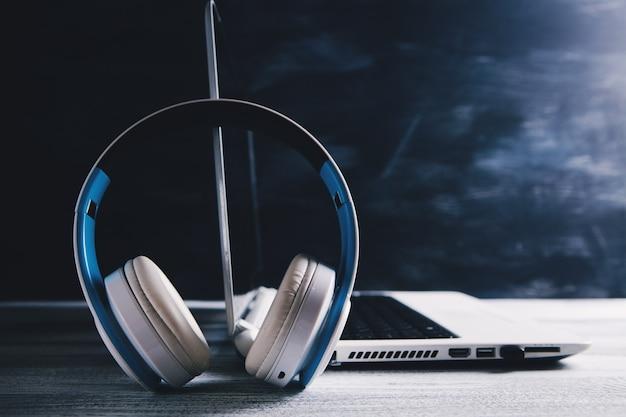 Écouteurs et ordinateur portable sur la table