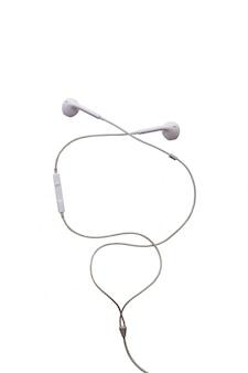 Écouteurs sales isolés sur blanc