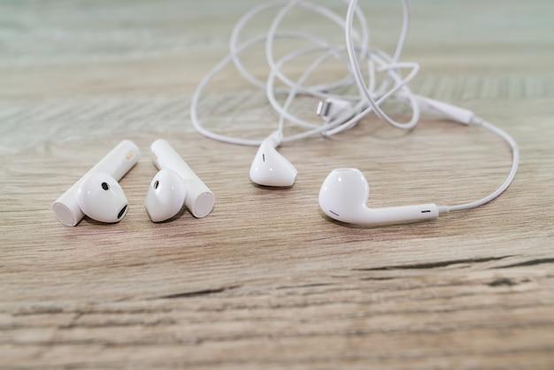 Écouteurs sans fil et filaires sur la table