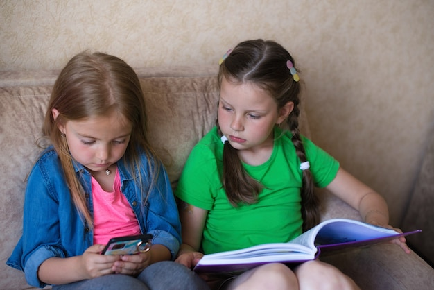 Écouteurs, téléphone et livres sur fond blanc. concept de livre audio
