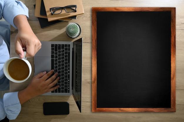Écran blanc, bureau de table plat poser sur du bureau en bois