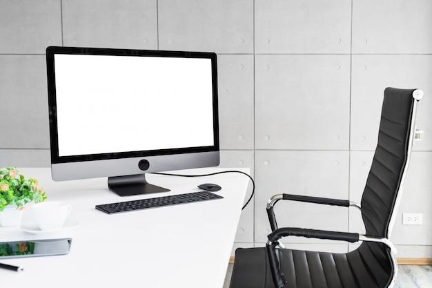 Écran blanc isolé par ordinateur pour l'affichage de conception de maquette