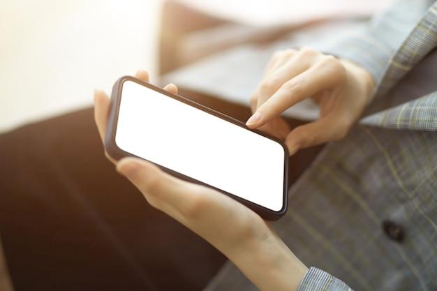 Écran blanc de maquette d'écran blanc de smartphone pour la bannière d'application de montage