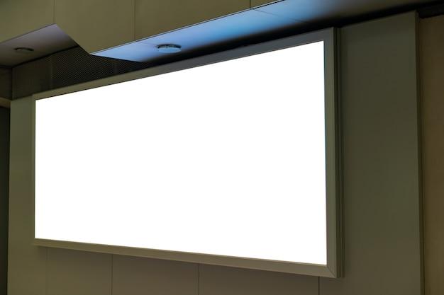 Écran blanc maquette vierge de panneau d'affichage de rue sur l'aéroport.