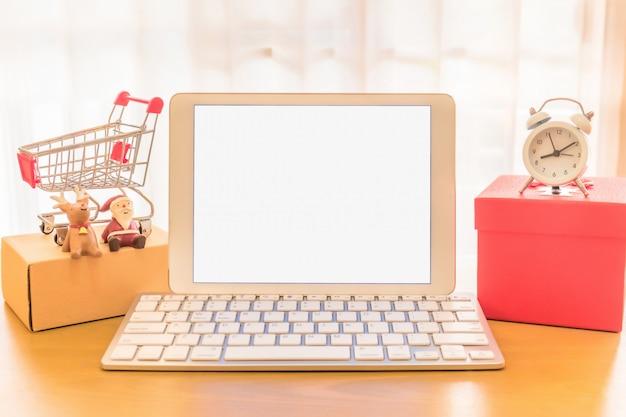 Écran blanc de téléphone portable et boîte d'emballage de colis brun au bureau à domicile. le vendeur de mains prépare le produit prêt à livrer au client. vente en ligne, commerce électronique démarrage du concept d'expédition.
