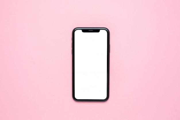 Écran blanc de téléphone portable en rose avec espace de copie