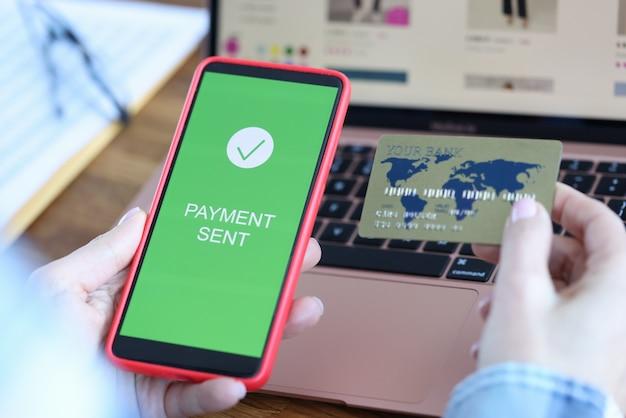 Sur l'écran du smartphone, le paiement de l'inscription est envoyé en main de la carte de paiement bancaire. électronique