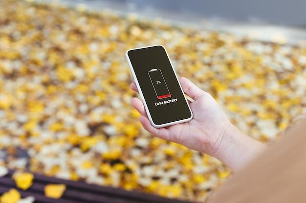 Écran du téléphone affichant une batterie faible