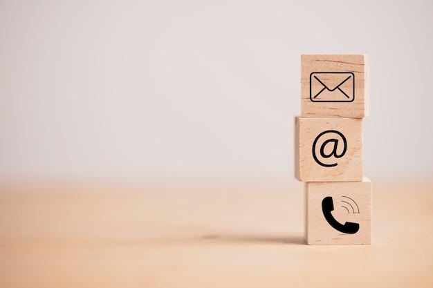 Écran d'impression de contact de page de site web d'entreprise sur le cube de bloc de bois comprennent le téléphone, l'adresse et le courrier électronique