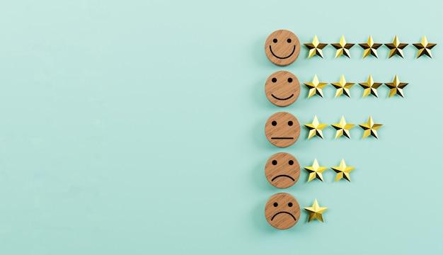 Écran d'impression de visage d'émotion sur un bloc de bois circulaire avec des étoiles dorées pour la meilleure évaluation du client client pour l'utilisation du concept de produit et de service par rendu 3d.