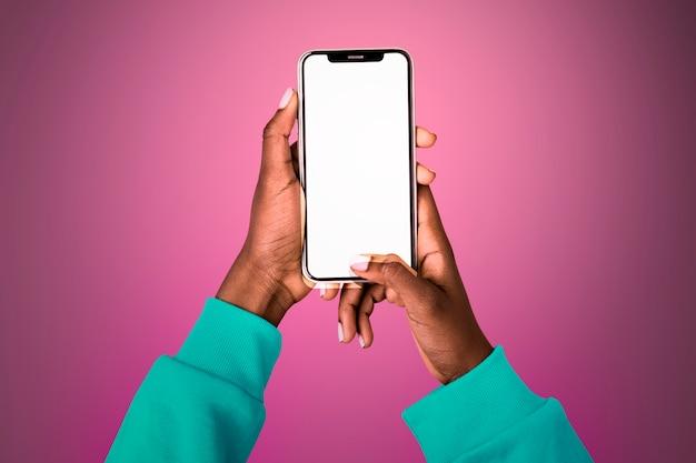 Écran lumineux vide avec personne tenant un téléphone mobile