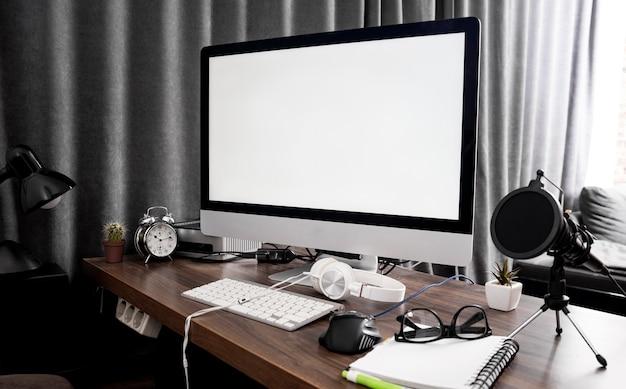 Écran d'ordinateur sur l'espace de travail de bureau
