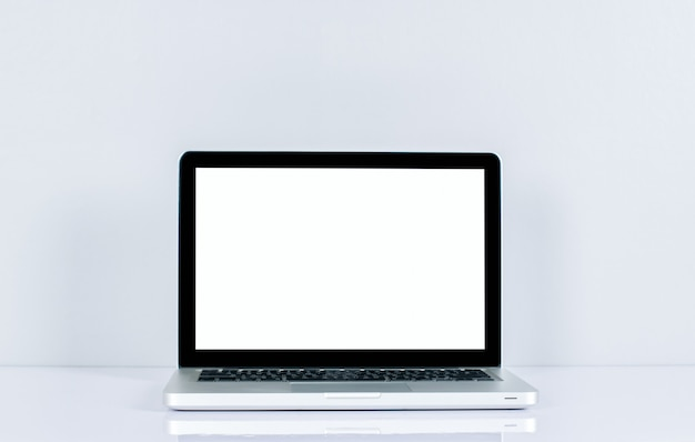 Écran d'ordinateur isolé sur écran blanc sur un bureau de style bureau.