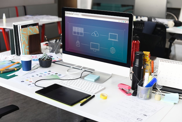 Écran d'ordinateur montrant une connexion internet sur un bureau