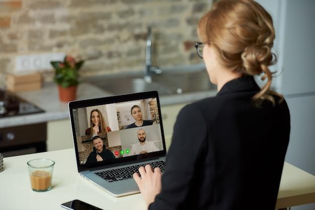 Un écran d'ordinateur portable sur l'épaule d'une femme.