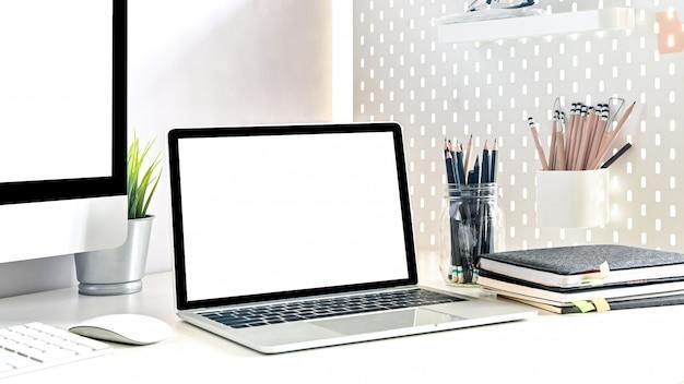 Écran d'ordinateur portable isolé gros plan sur la table de l'espace de travail avec des fournitures de bureau.