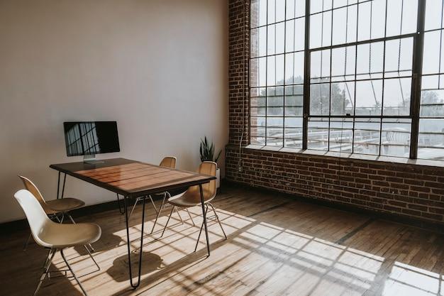 Écran d'ordinateur sur une table en bois