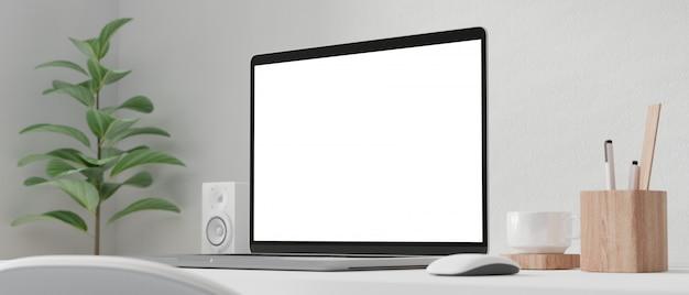 Écran d'ordinateur vide sur la table de travail.