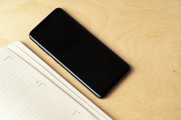 Écran de smartphone noir sur table