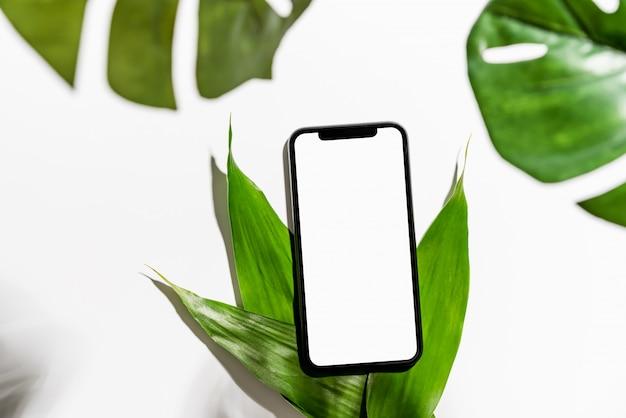 Écran de smartphone vide sur la table pour promouvoir vos produits.