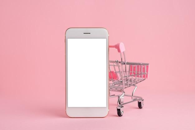 Écran de téléphone portable dans le modèle de panier, livraison et achats en ligne