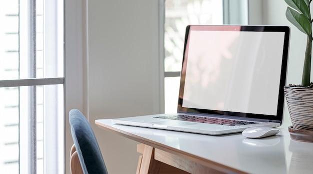 Écran vide d'ordinateur portable sur table