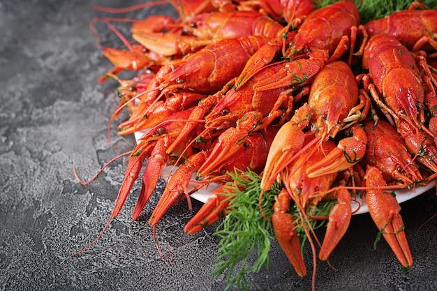Écrevisse. écrevisses bouillies rouges sur table dans un style rustique, gros plan. gros plan de homard. conception de bordure