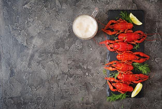Écrevisse. écrevisses bouillies rouges sur table dans un style rustique, gros plan. gros plan de homard. conception de la frontière. vue de dessus. mise à plat.