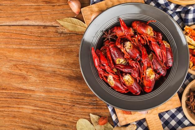 Écrevisse. écrevisses bouillies rouges sur table dans un style rustique, gros plan de homard.