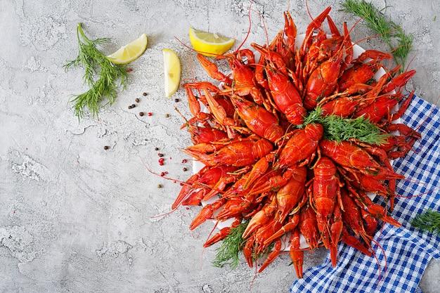 Écrevisse. poissons craw bouillis rouges sur table dans un style rustique, gros plan.