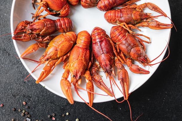 Écrevisses crustacés de fruits de mer bouillis frais prêts à manger collation sur la table copie espace nourriture