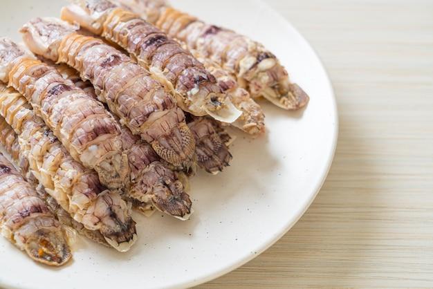 Écrevisses cuites à la vapeur ou crevettes mantis ou stomatopodes avec sauce épicée aux fruits de mer