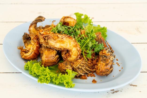 Écrevisses frites ou crevettes mantes à l'ail
