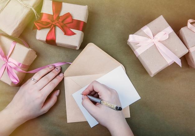Écrire dans un cahier sur le fond des cadeaux