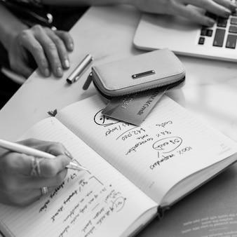 Écrire des informations de travail femmes concept occasionnel