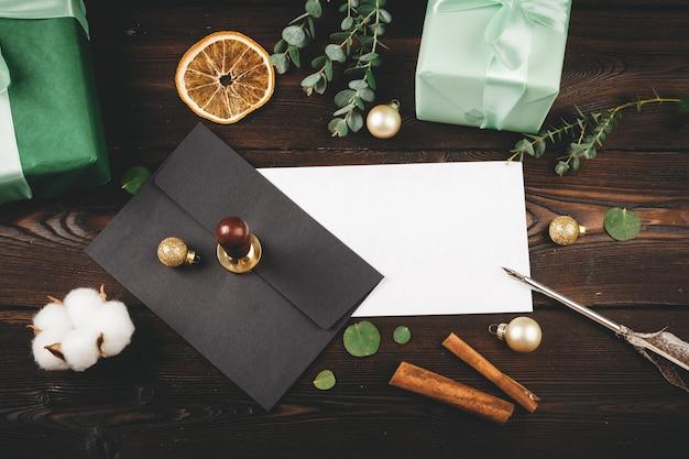 Écrire un message de noël sur fond de vacances en bois décoré