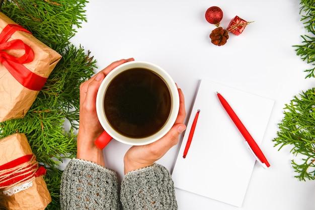 Écrit des souhaits avec une tasse de café