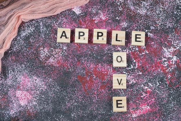 Écriture apple avec des dés de lettre sur la surface